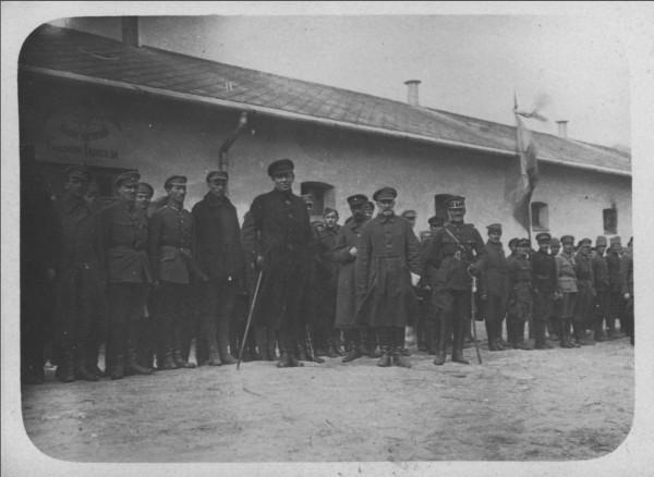 Голова Директорії та Головний отаман військ УНР Симон Петлюра серед українських вояків у таборі інтернованих у Ланцуті (Польща). Весна 1921 р.