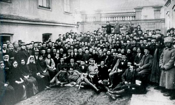 Групове фото учасників Першого курултаю кримських татар. Грудень 1917 р.
