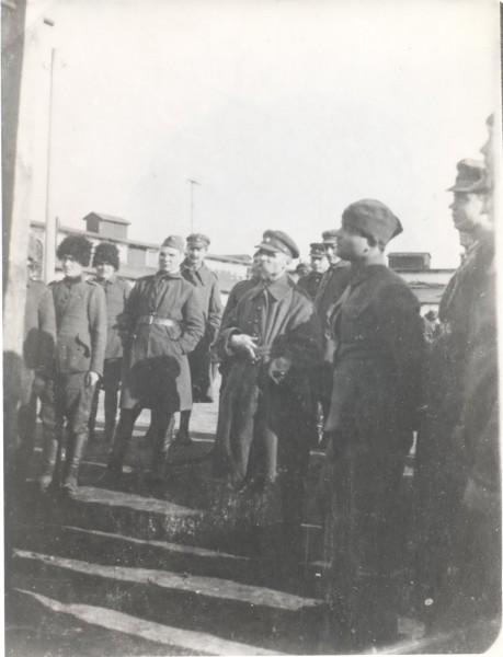Генерал Михайло Омелянович-Павленко між козаками у Каліському таборі.1922 р.