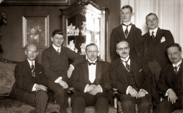 Група співробітників посольства УНР у Вашингтоні (США). В центрі - голова дипломатичної місії Євген Голіцинський. 1919 р.