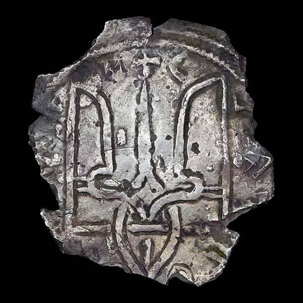 Срібляник Володимира Великого із зображенням його княжого знака. Вага – 3,46 г, у діаметрі мав 27 мм