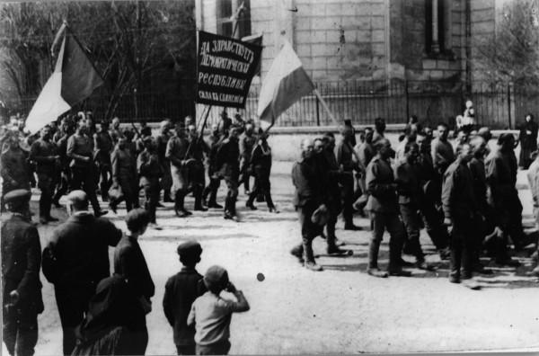 Учасники української військової демонстрації в Чернівцях із синьо-жовтими прапорами.  Травень 1917 р.