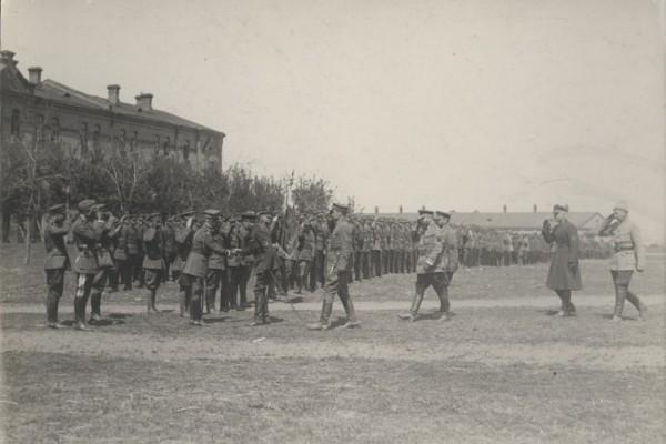 Вручення прапора 6-й Січовій стрілецькій дивізії армії УНР Головним отаманом Симоном Петлюрою. Бердичів, 21 квітня 1920 р.