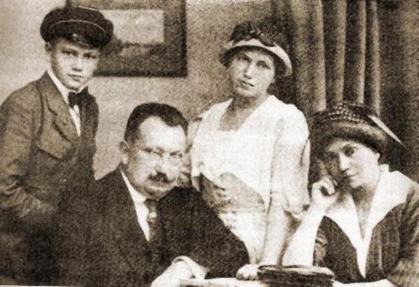 Андрій Лівицький (другий ліворуч) із родиною. На еміграції - прем'єр-міністр УНР (1920, 1922-1926 рр.), Президент УНР в 1926-1954 рр. Варшава, 1920 р.