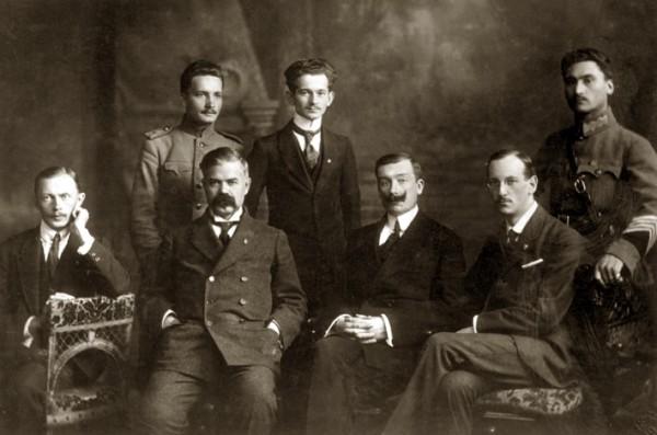 Посольство УНР в Угорщині.  Сидять (зліва направо): другий - Микита Шаповал (посол), Микола Галаган, Микола Шраг. 1918 р.